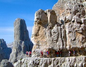 Klettersteig Via Ferrata : Bergsteiger auf der via ferrata oder klettersteig in italien